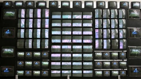 Mediataiteen edelläkävijä Nam June Paikin tv-installaatio.