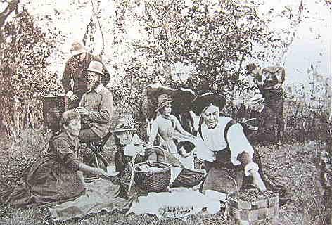 Taiteilijat lounastauolla Önningebyn taiteilijasiirtolassa 1886.